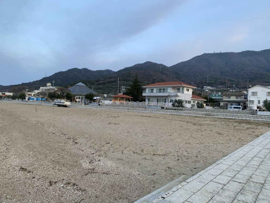 オリーブビーチから駐車場を眺めた画像