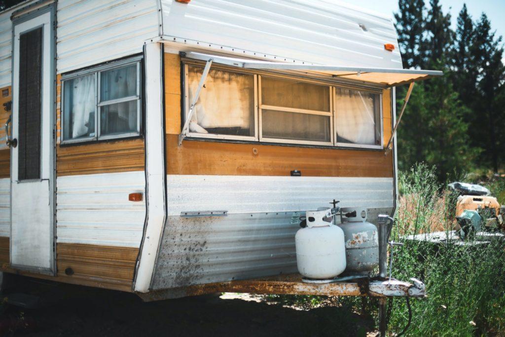 キャンピングカーの構造要件で定められている炊事設備の安全策とは?